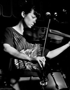 Kim-Moore-performing-live-with-Zoey-Van-Goey-(2013)-John-Jowett