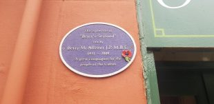A small circular plaque dedicated to Betty and her Seafood shop. 'A great campaigner for the people of the Calton'
