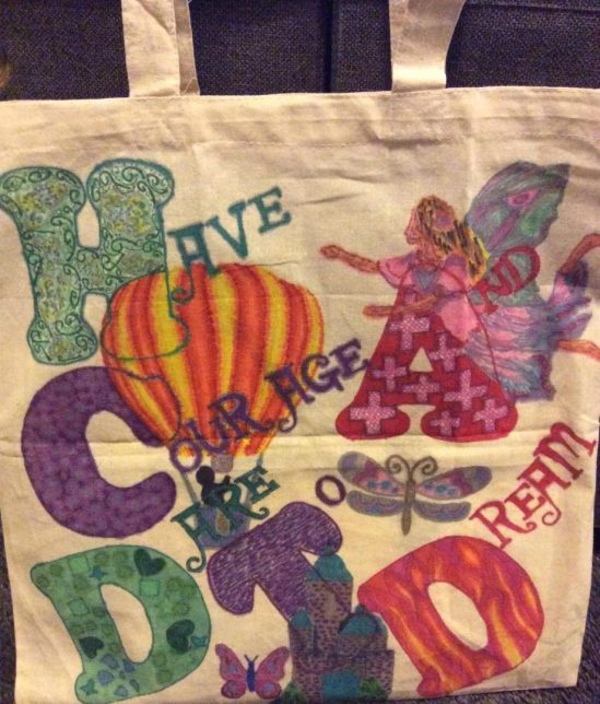 "Canvas bag decorated with the slogan ""Have Courage and Dare To Dream"""
