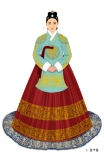 Drawing of a ceremonial dress of a Joseon Crown Princess. Her top has full sleeves and is turquoise with gold embroidery. Her skirt is full, red with gold embroidery. She has her hair up.