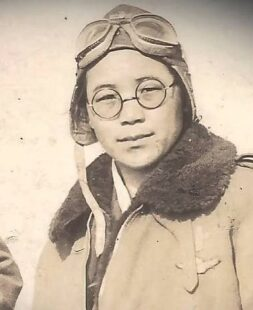 Picture of Kwon Ki-ok in her pilote uniform. She is wearing glasses and her pilot glasses are on her head.