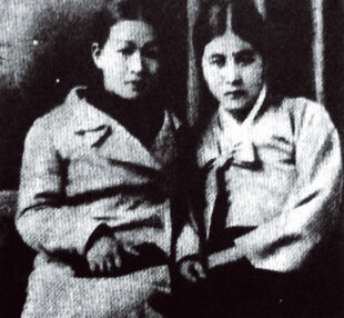 Picture of Kim Young-ju (right) and Hong Ok-im (left). Ok-im is wearing a Western coat and Yong-ju a hanbok (traditional Korean dress). Both of their hair are up.
