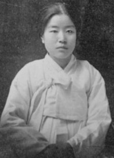 Picture of Na Hye-seok. She is wearing a light hanbok (traditional Korean dress) and her hair is up.